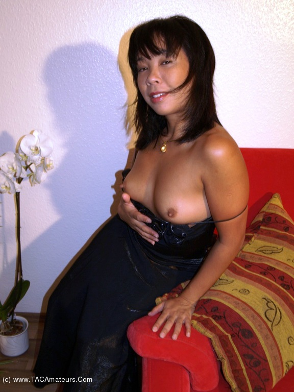 free video dildo deep inside pussy