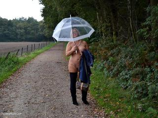 Nude Chrissy - Walking Nude In The Rain Picture Gallery