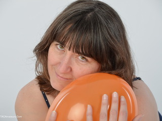 Hot Milf - Playing With Balloons Picture Gallery