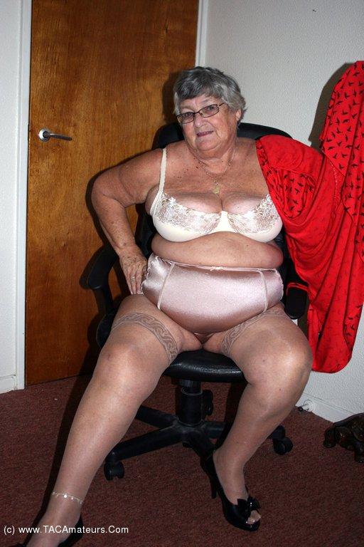 Oh so hot grannies - 2 9