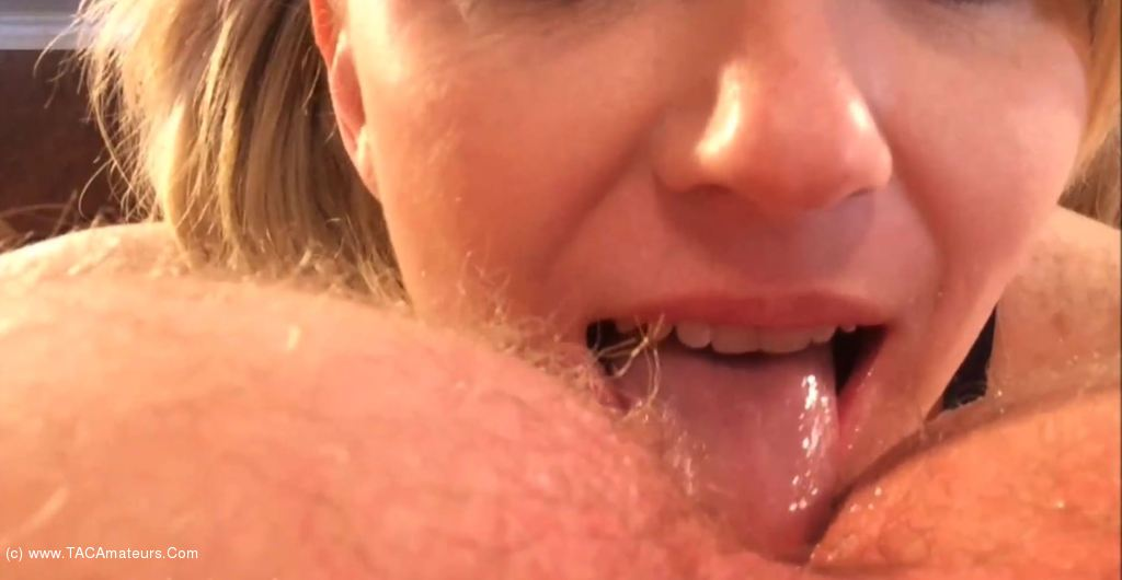 Sex outsie lick pussy