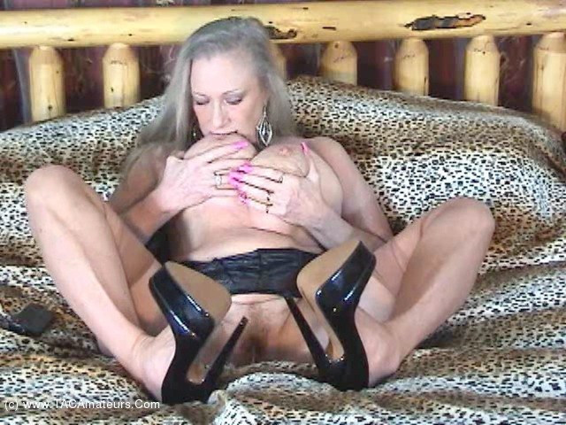 Girl having a dildo up there pussy video
