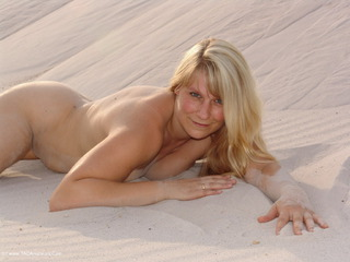 Sweet Susi - Red Lingerie in the sand Picture Gallery