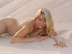 SweetSusi - Red Lingerie in the sand Photo Album