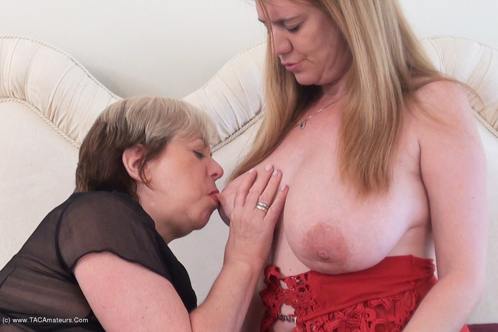 SpeedyBee - Double Dildo Fun Pt1 scene 1