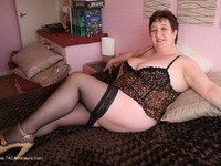 KinkyCarol Cougar On The Bed Pt1 thumbnail