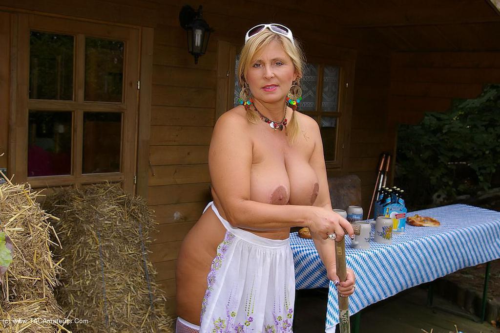 girl nude beer Oktoberfest