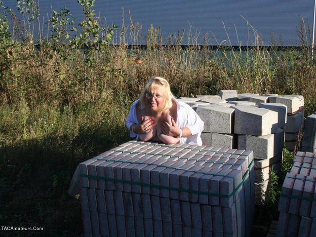 LexieCummings - Lexie In The Builders Yard