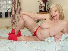 SpeedyBee - On The Bed All In Red Gallery