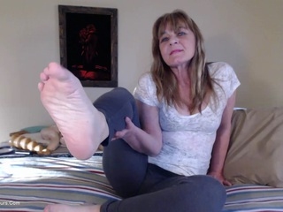 CougarBabeJolee - Play With My Milf Feet