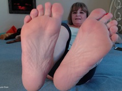 CougarBabeJolee - Pretty Red Toes To Worship HD Video
