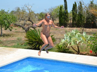 SweetSusi - Outdoor Fun In The Pool