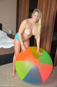 sweetsusi - Naked With A Huge Beach Ball Free Pic 3