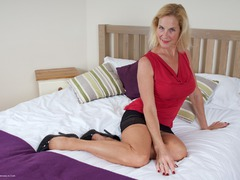 MollyMILF - Molly On The Bed Gallery