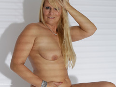 SweetSusi - Shadow Plays Gallery