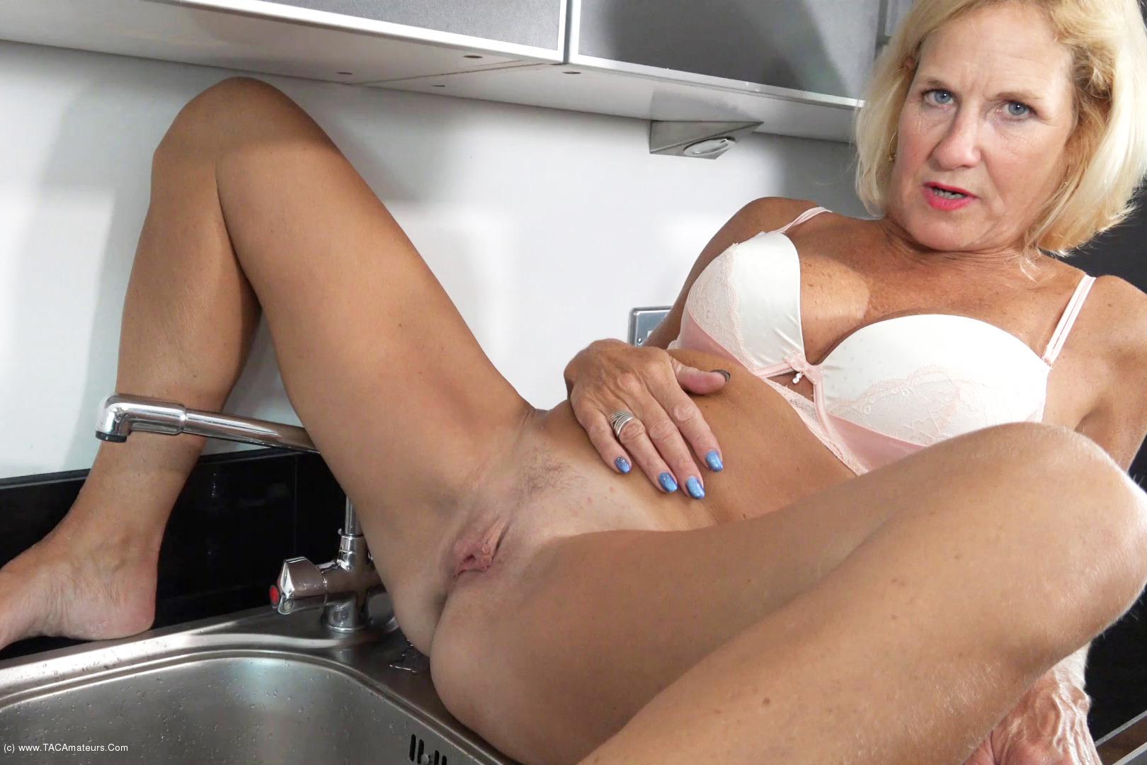 MollyMILF - Pissing In The Sink scene 0