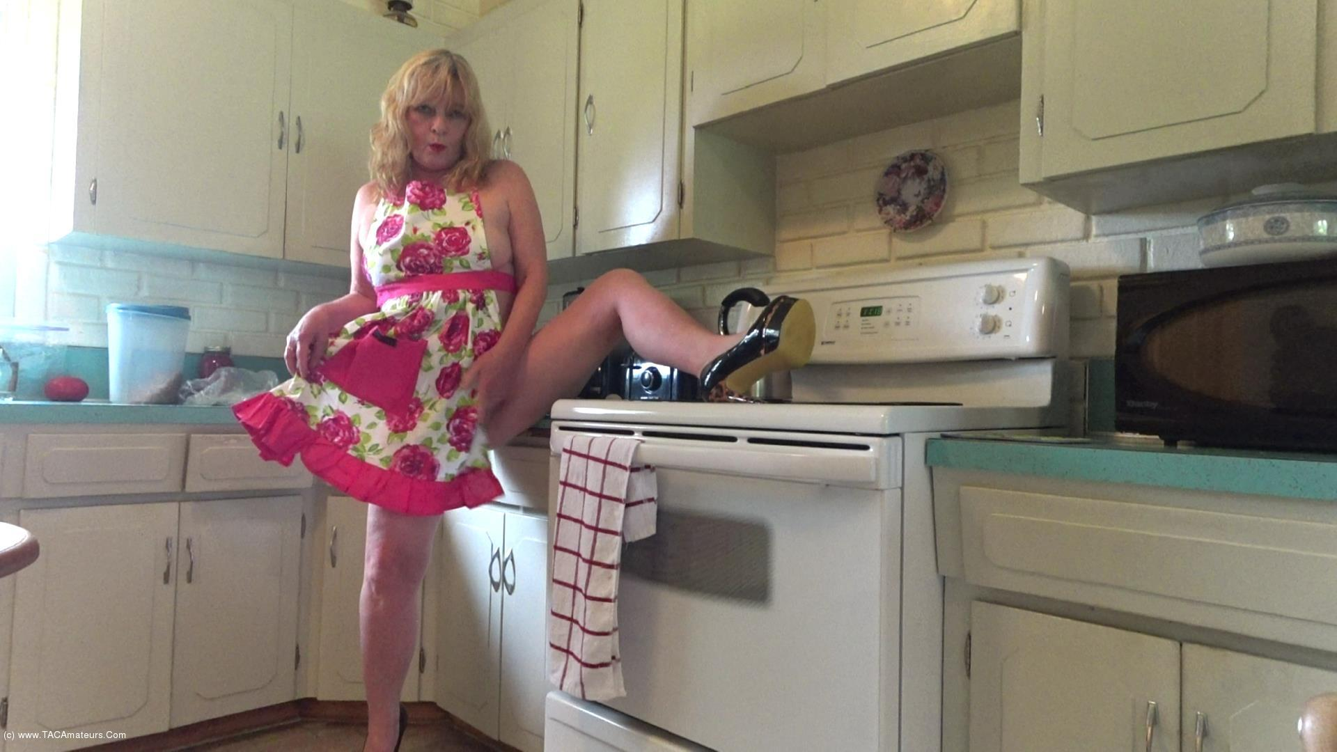 CougarBabeJolee - Naughty In My Hot Apron scene 2