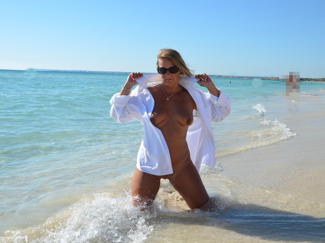 SweetSusi - Wet TShirt On The Public Beach