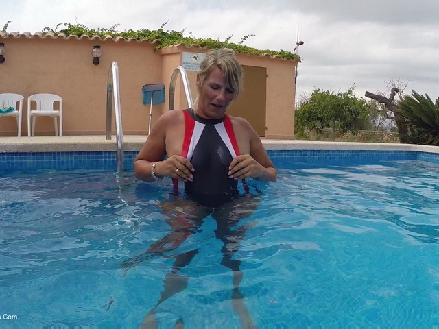 SweetSusi - Two Pussies Fumbling In The Pool