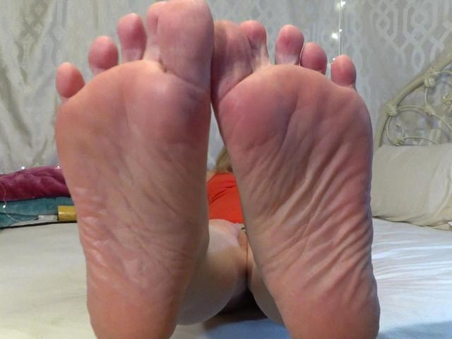 Pretty Bare Feet To Be Worshipped