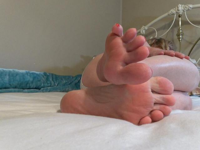 CougarBabeJolee - My Bare Feet Need Sexy Attention