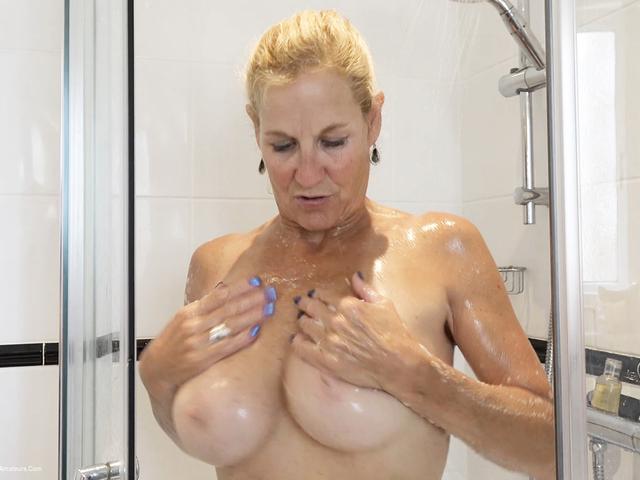 MollyMILF - Shower Time