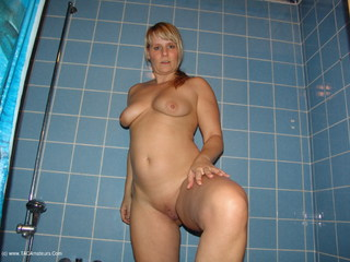 Sweet Susi - Sexy Lingerie In The Bathroom Picture Gallery