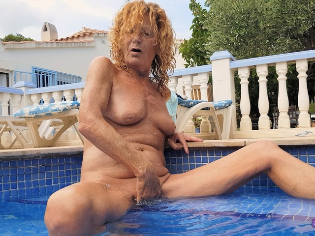 AnneSwinger - Anne All Natural In The Pool