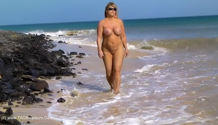 Exhibe à la plage