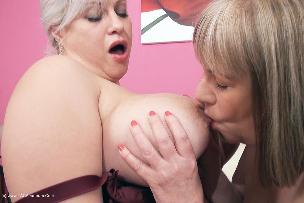 Lesbienne BBW se bouffent les seins
